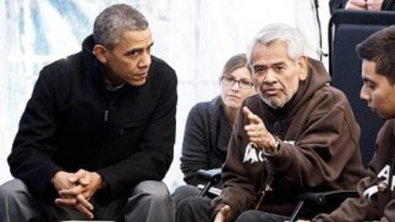 El presidente Barack Obama escucha a Eliseo Medina, uno de los ayunantes...