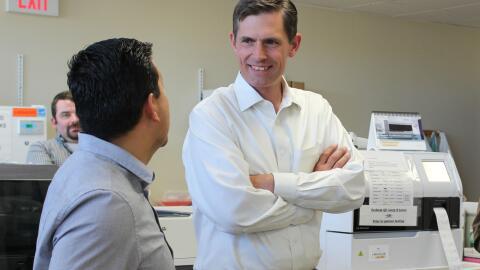 El Senador Martin Heinrich en una visita all Hospital de Guadalupe Count...