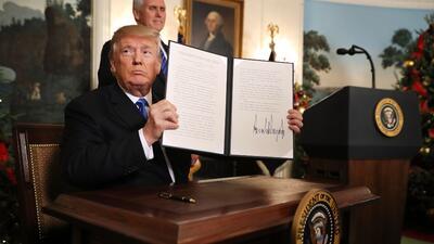 El presidente Donald Trump firmó el reconocimiento de Jerusalén como cap...