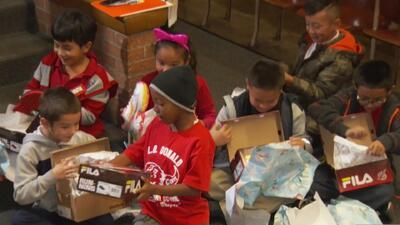 Estudiantes de bajos recursos de una escuela primaria en Dallas reciben zapatos como regalo de Navidad