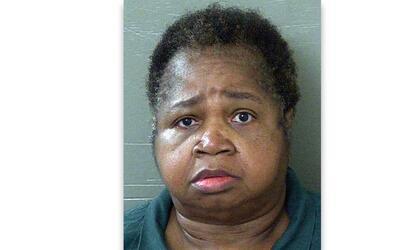 Veronica Green Posey, 64, fue arrestada luego de sentarse sobre su sobri...