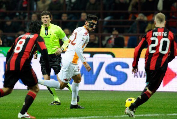 Marco Borriello utilizó una máscara protectora que no le impidió jugar u...