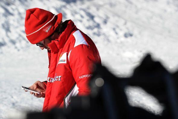 Por un momento, Alonso dejó la diversión y se dedicó a su teléfono celular.