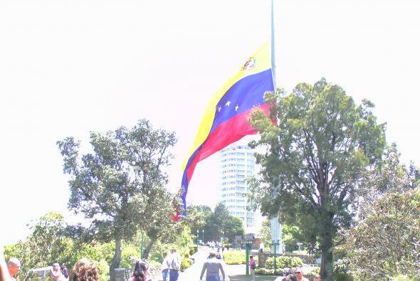 La bandera más grande del país, en el tope del Cerro El Avila en Caracas...