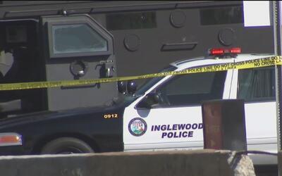 Destituyen a los policías de Inglewood señalados de acribillar a una par...