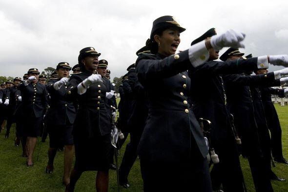 Además en el 71 aniversario de la Escuela de Cadetes de Policía se gradu...