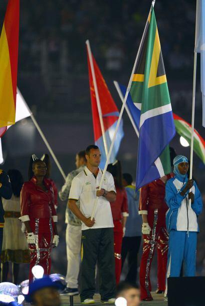 Pistorius fue elegido para cargar la bandera de su país en la ceremonia...