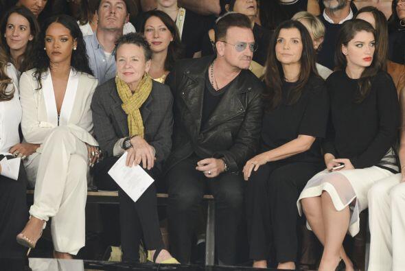 Seguro que el millonario líder de U2 también carga las bolsas de los ves...