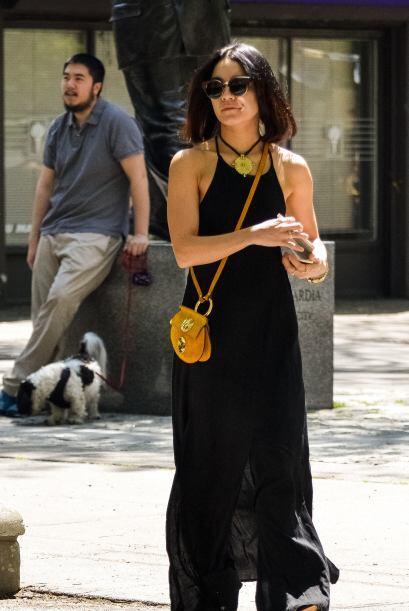 Ella luce cómoda y simple en su vestimenta pero, sobre todo fresca y rad...