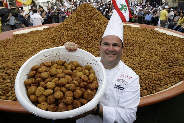 El Chef libanés Ramzi Choueiry  sostiene un cubo de bolas de fala...