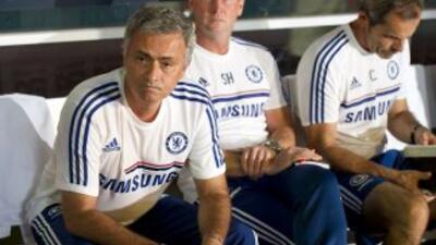 Mourinho en el banco contra el Real Madrid.