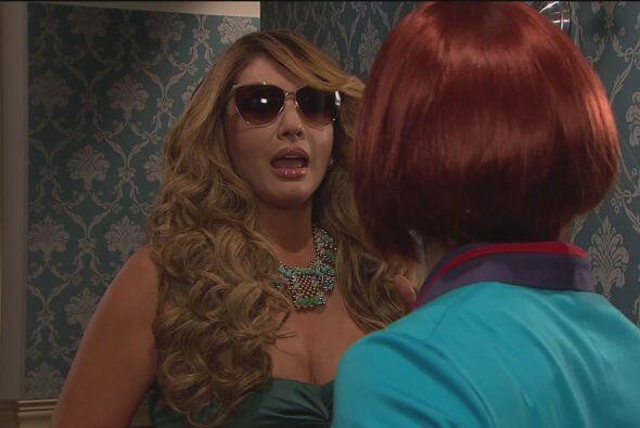 Mientras tanto, Dolores le preguntaba a Anita si de casualidad había vis...
