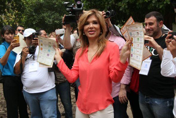 Luego de emitir su voto, la candidata del PRI-PVEM a la gubernatura del...