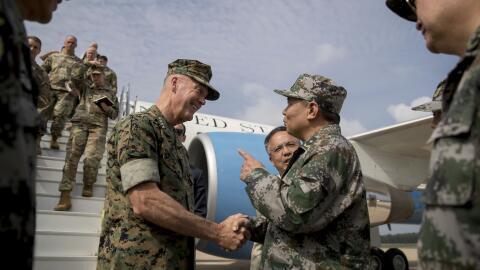 Los generales Dunford (EEUU) y Fenghui (China) estrechan sus manos.