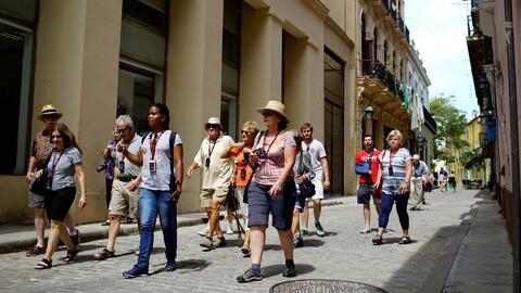 Pequeños empresarios de Cuba y turistas en la isla, atentos a las medida...