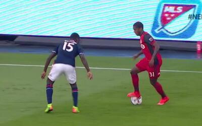 Panameño Armando Cooper le pone medio gol a Drew Moor para adelantar 1-0...