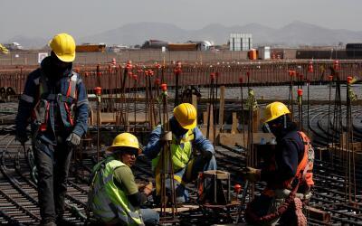 Empleados realizan trabajos para la construcción del Nuevo Aeropu...