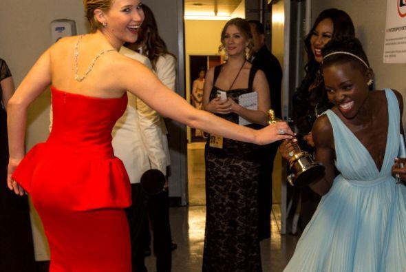 Las actrices Jennifer Lawrence y Lupita Nyongo´o en los camerinos del Do...