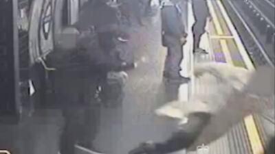 Un hombre empuja a un desconocido a las vías del metro de Londres
