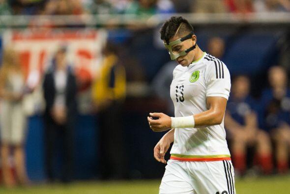 Carlos Salcedo: Estuvo errático, cuando lo encaron lo superaron, no most...