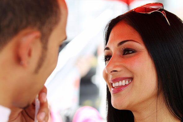 Hamilton recibió la cariñosa felicitación de su novia Nicole Scherzinger...