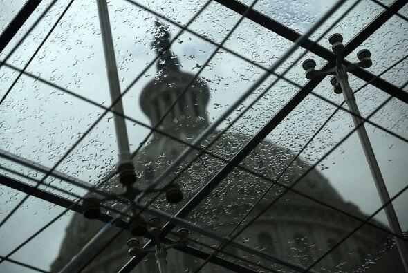 La imagen de la cúpula del Capitolio se ve a través de un tragaluz de lo...