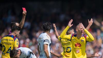 El silbante expulsó a Uribe con roja directa por una chilena en e...