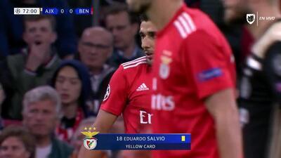 Tarjeta amarilla. El árbitro amonesta a Eduardo Salvio de Benfica