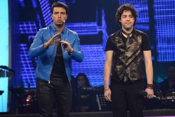 Jencarlos presentó el nuevo look del boricua en el escenario.