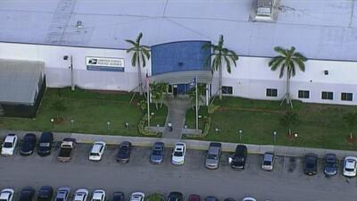 El FBI investiga una oficina postal de Florida de donde salieron varios paquetes explosivos enviados a demócratas y CNN