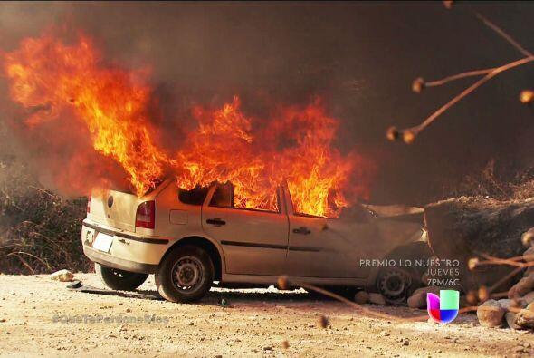 Su automóvil se impactó ante unas rocas y explotó de inmediato.