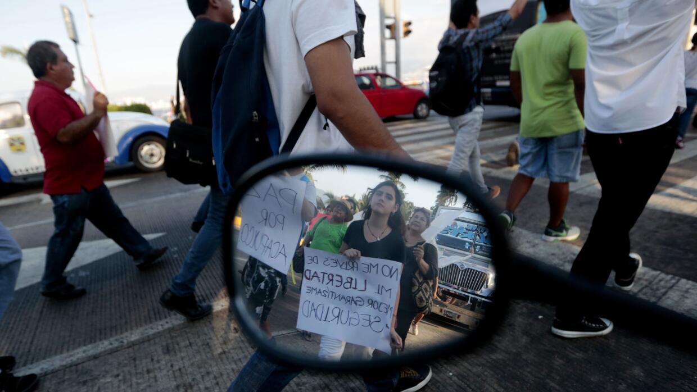 Participantes de una marcha por la paz en Acapulco, México, azotado por...