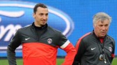 Ancelotti mira el entrenamiento del PSG junto a Ibrahimovic.