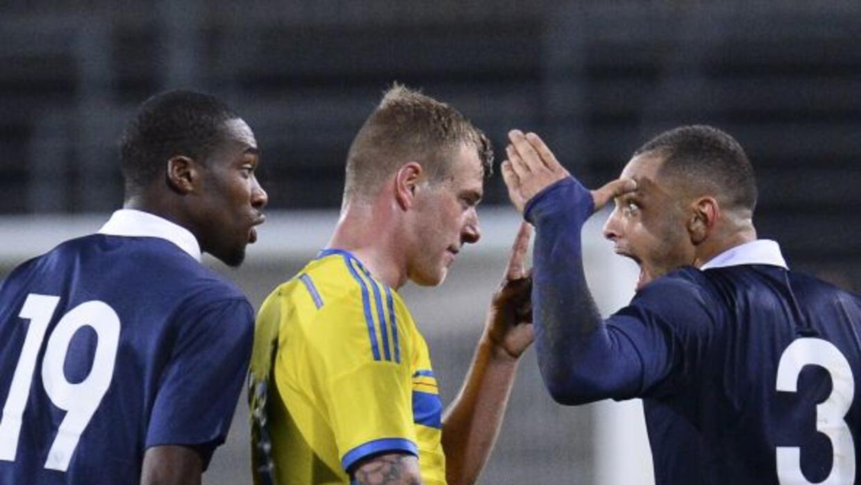 Layvin Kurzawa burlándose de sus rivales los suecos.