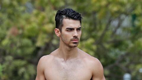 Joe Jonas muy concentrado en su lección.