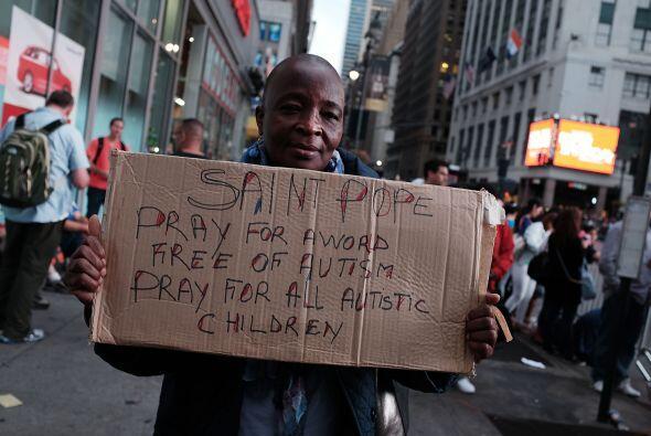 A las afueras, la gente pidiendo oraciones al pontífice.