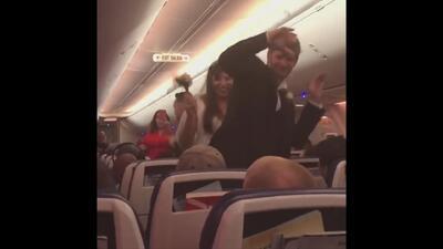 Así fue el matrimonio de esta pareja a bordo de un vuelo de Las Vegas a Baltimore
