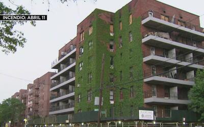 Familias desplazadas por un incendio en Queens quieren volver lo antes p...