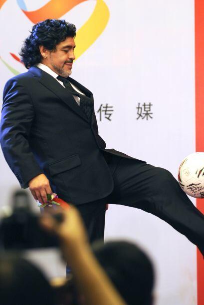 Maradona, hasta con zapatos, dominó el balón y le regaló un lindo moment...