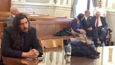 Michael Rotonto (i) durante el juicio, y sus padres junto a su abogado,...