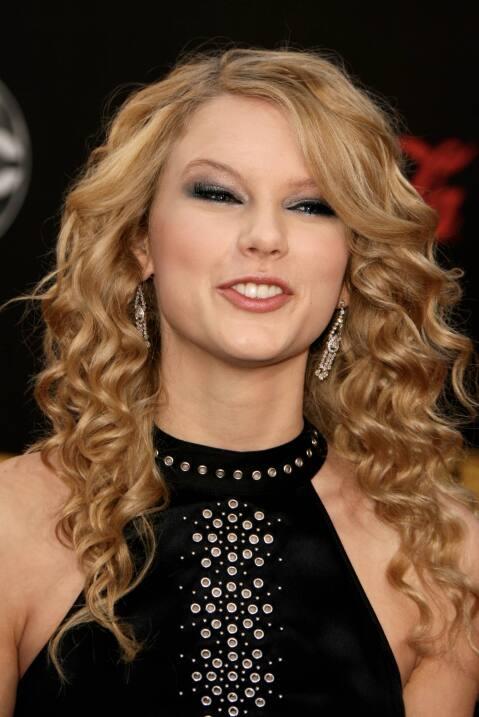 En sus primeras premiaciones, Taylor Swift se dejaba sus rizos naturales...