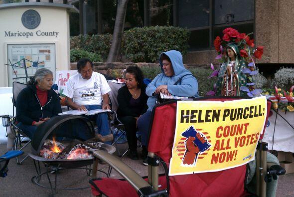 Protestan irregularidades en proceso electoral en Arizona | En una vigil...