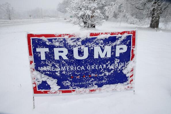 Cartel de Donald Trump en la nieve