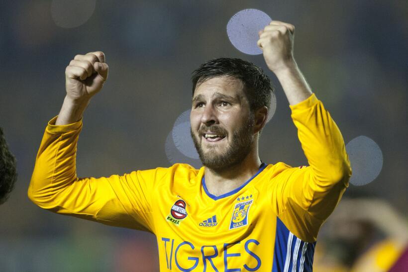 Suspenden a Mauricio Pinilla por insultar y golpear a árbitro GettyImage...