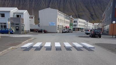 Paso peatonal de apariencia tridimensional en el poblado de Ísafjörður e...