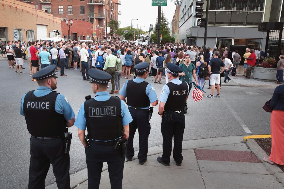 Cientos de personas acudieron al Center on Halsted, en el llamado Boysto...