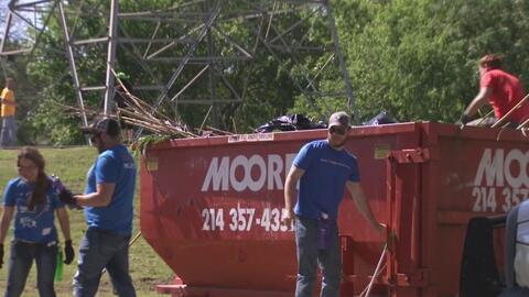 Cientos de voluntarios se unieron para limpiar las orillas del Río Trinity