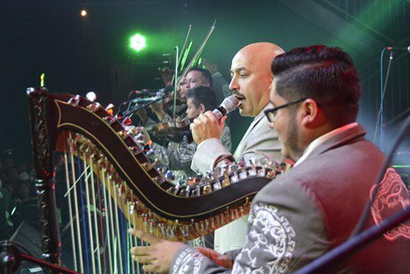 Lupillo sorprendió al público con la potencia de su voz, cantando temas...