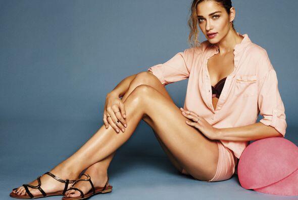 La modelo presume las mejores piezas de la marca como stilettos, yutes,...