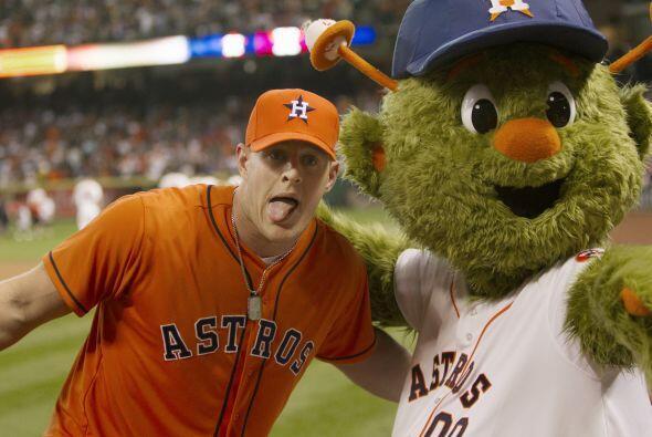 .J.J. Watt de los Houston Texans lanzó el primer pitch. ¡Se nota que se...